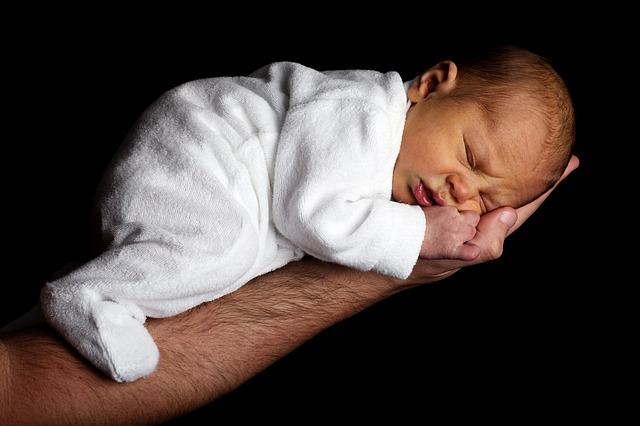 novorozeně na ruce.jpg