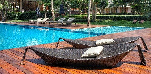 Relaxační místo u bazénu