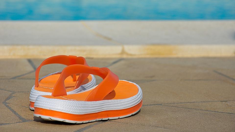 sandály u bazénu